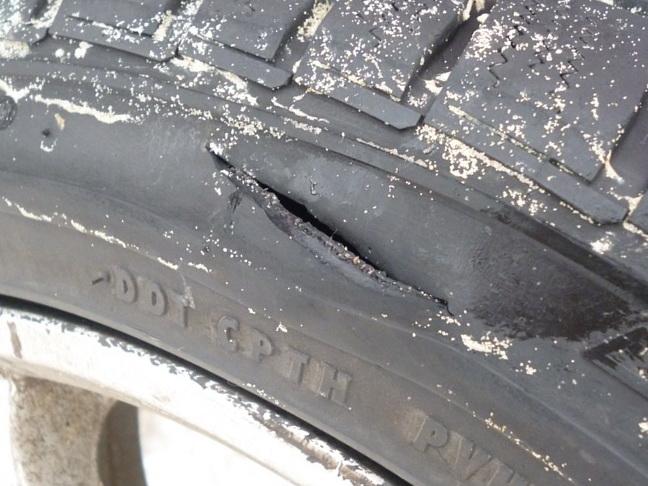 Повреждение автомобильной покрышки