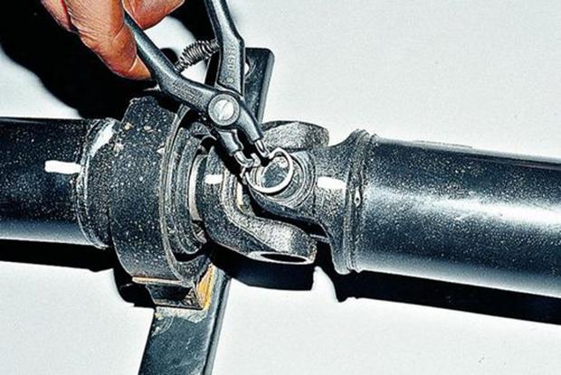 фото Демонтаж старой крестовины карданного вала