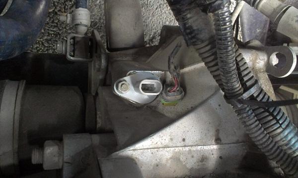 на фото показана процедура замены датчика скорости