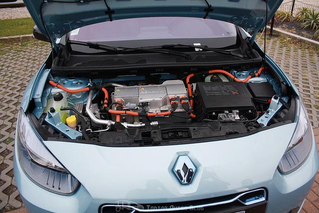 на фото электродвигатель Renault Fluence ZE