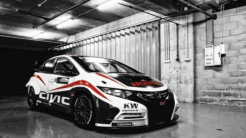 на фото тюнингованная Honda Civic украшенная виниловой пленкой