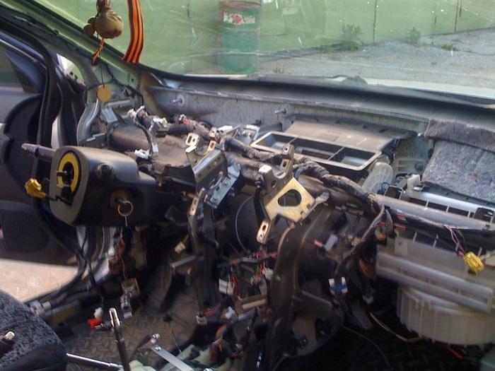 на фото запечатлена замена подушек безопасности SRS в автомобиле