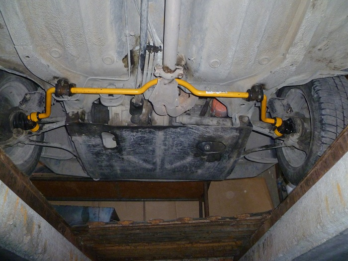 на фото установлен задний стабилизатор поперечной устойчивости