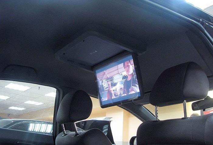 на фото изображен потолочный монитор для автомобиля