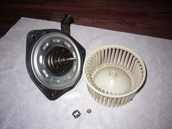 на фото разобранный вентилятор печки