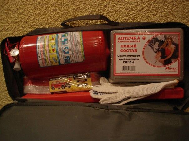 Набор автомобилиста для техосмотра должен включаь в себя аптечку, огнетушитель и знак аварийной остановки фото