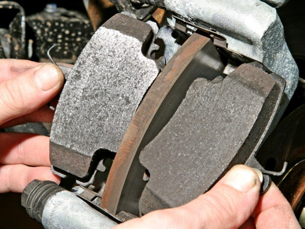 Замена передних тормозных колодок на сандеро своими руками фото 560