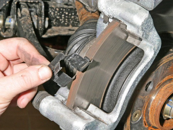 Замена передних тормозных колодок на сандеро своими руками фото 324