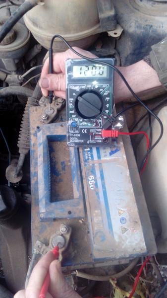 Измерение заряда аккумулятора мультиметром на авто