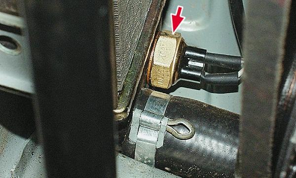 Где находится датчик включения вентилятора?